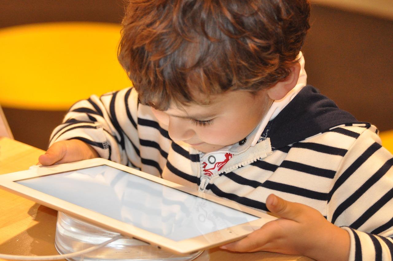 Ecran et autisme: Le point sur l'étiologie de l'autisme